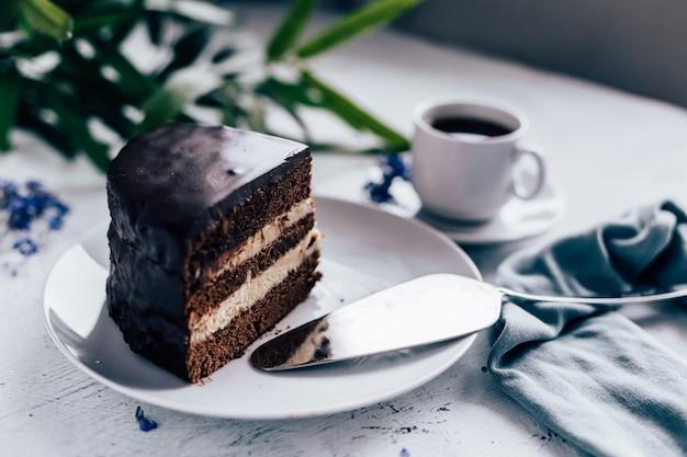Rebanada de pastel de chocolate y una taza de café.
