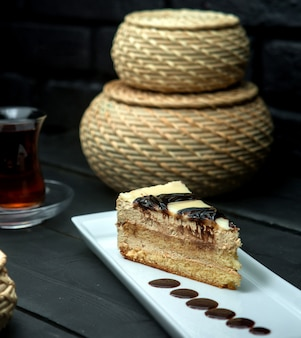 Rebanada de pastel dulce con manchas de chocolate