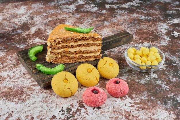 Una rebanada de pastel de miel con galletas de mantequilla.