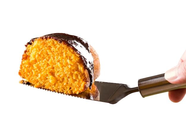 Rebanada de pastel de zanahoria con chocolate en espacios en blanco