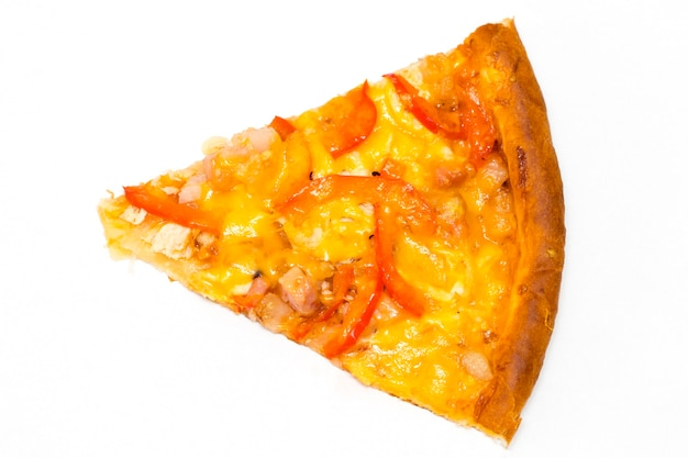 Rebanada de pizza italiana fresca aislado sobre fondo blanco.