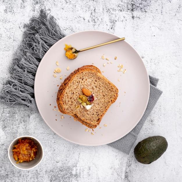 Rebanada plana de pan con aguacate y tela