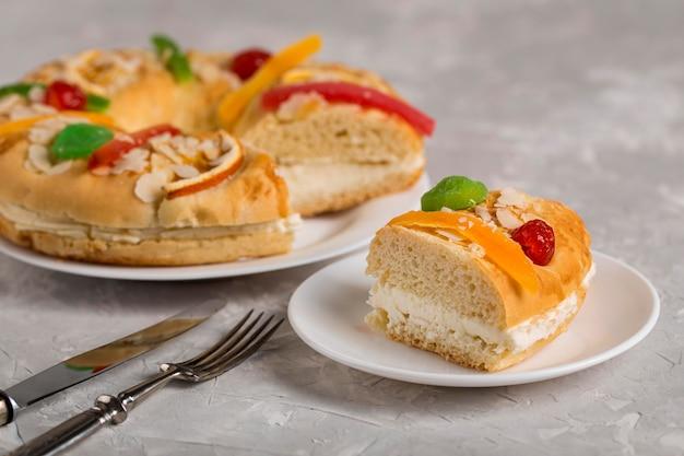 Rebanada sabrosa de feliz epifanía de pastel