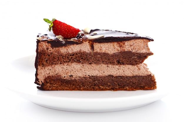 Rebanada de sabroso pastel de chocolate con fresa en la parte superior
