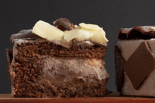 Rebanada de tarta de chocolate recubierta de chocolate negro y blanco.