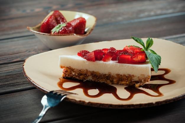 Rebanada de tarta de fresas, enfoque selectivo