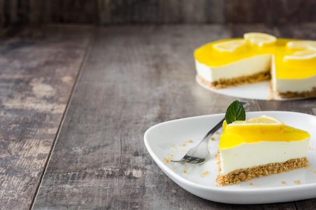 Rebanada de tarta de limón en el espacio de copia de mesa de madera