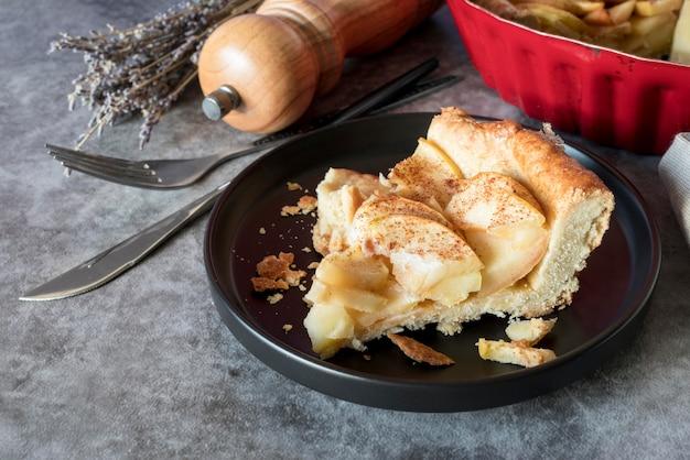 Rebanada de tarta de manzana de ángulo alto en la placa