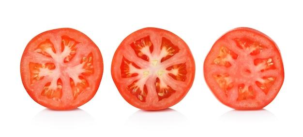 Rebanada del tomate aislada en el fondo blanco