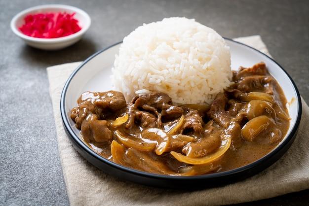 Rebanadas de arroz al curry de carne de res