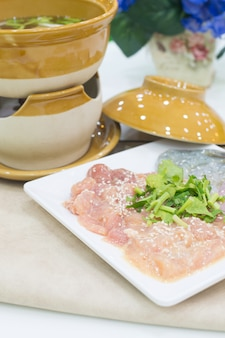 Rebanadas de carne de cerdo fresca sukiyaki, vegetales, vajilla