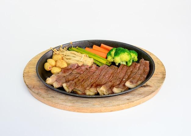 Rebanadas de carne japonesa wagyu con verduras