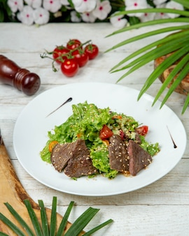 Rebanadas de carne con vegetales cubiertos con sésamo