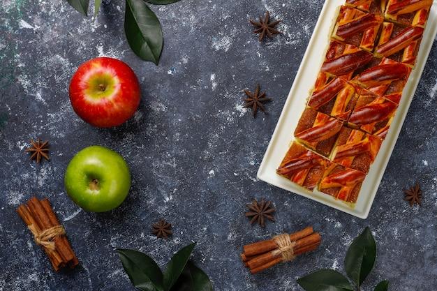 Rebanadas caseras de tarta de manzana en la mesa oscura