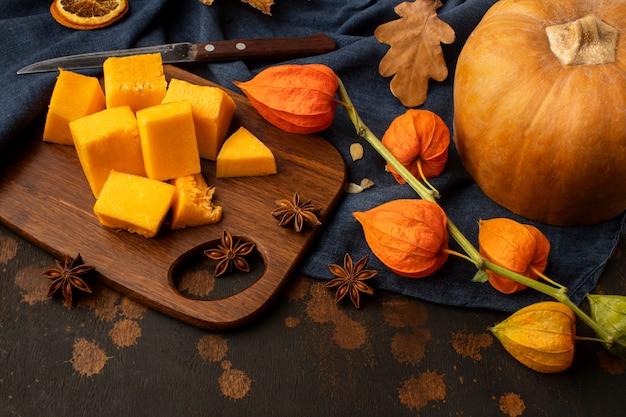 Rebanadas de comida de otoño de calabaza vista alta