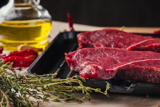 Rebanadas crudas frescas carne filetes de ternera y sartén, cerrar