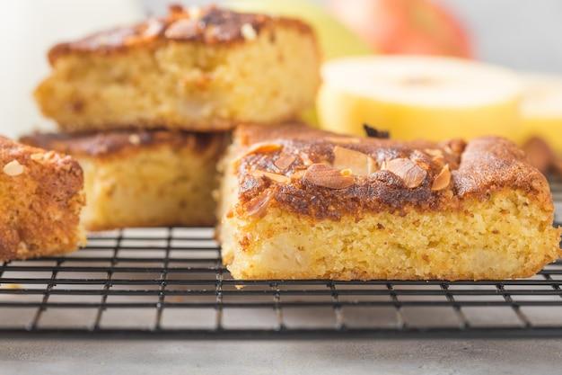 Rebanadas cuadradas de tarta de manzana de brownie (rubia) caseras