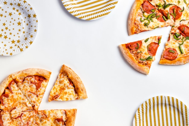 Rebanadas de deliciosa pizza fresca con pepperoni y queso en un plato blanco
