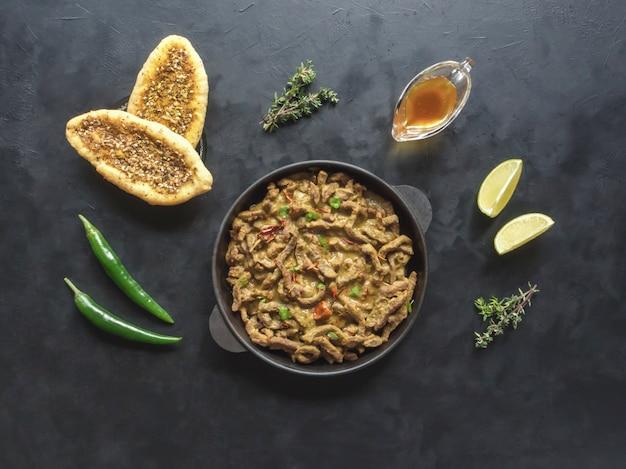 Rebanadas finas de carne cocinadas en una sartén con salsa de curry. cocina asiática.
