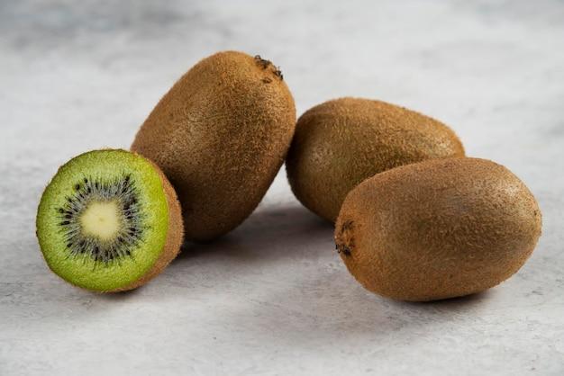 Rebanadas frescas de kiwi en blanco.