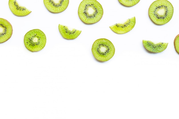 Rebanadas de la fruta de kiwi aisladas en blanco.