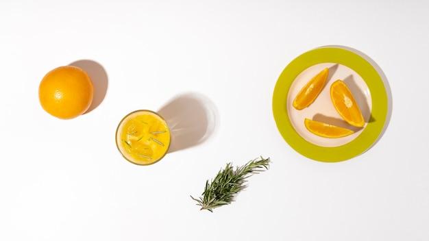 Rebanadas de naranja laicos planas en un plato