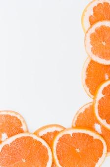 Rebanadas de las naranjas en un fondo aislado