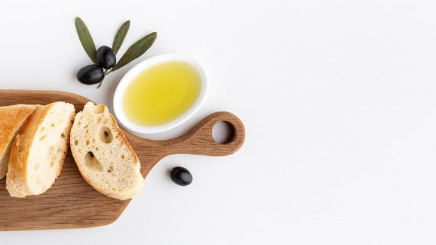 Rebanadas de pan con aceite de oliva y copia espacio
