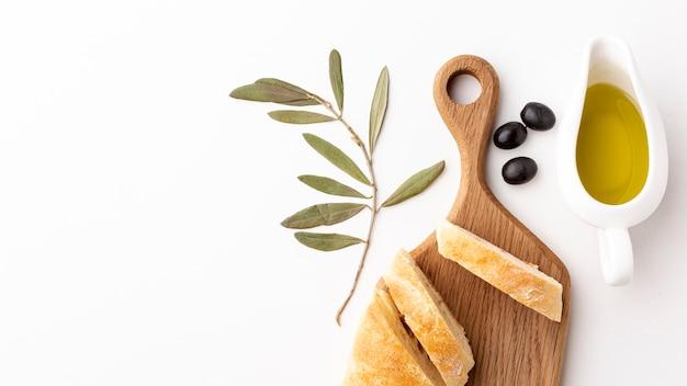 Rebanadas de pan con aceite de oliva con espacio de copia