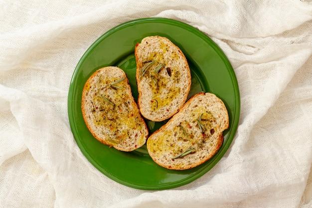 Rebanadas de pan con aceite de oliva sobre tela