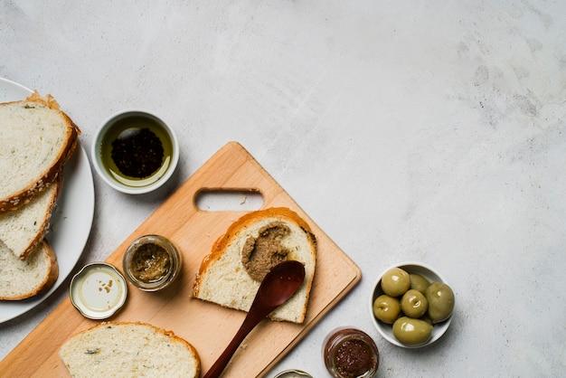 Rebanadas de pan con aceitunas y espacio de copia