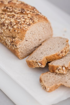 Rebanadas de pan de alto ángulo con semillas