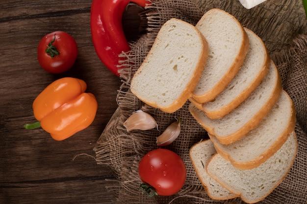 Rebanadas de pan blanco con chiles