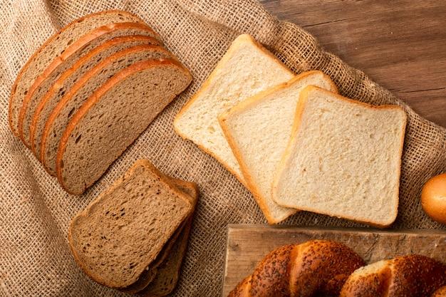 Rebanadas de pan blanco y marrón con panecillos turcos