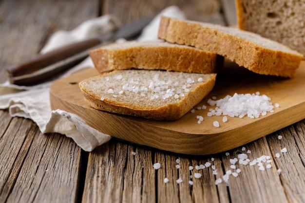 Rebanadas de pan de centeno en la tabla de cortar closeup