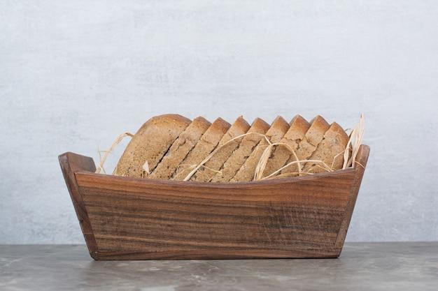 Rebanadas de pan de centeno en un tazón de madera