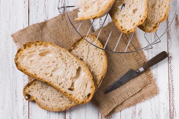 Rebanadas de pan y cesta de hierro vista superior