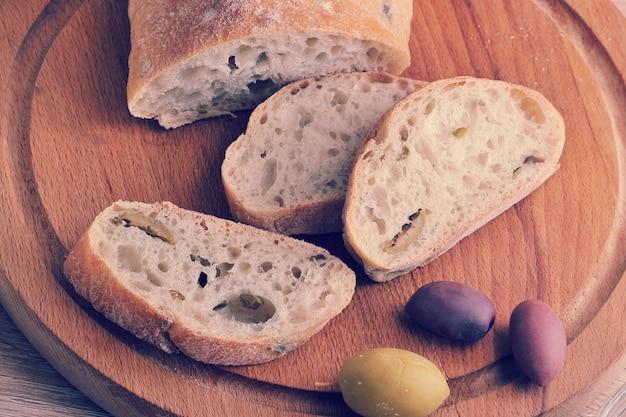 Rebanadas de pan de chapata en una tabla redonda
