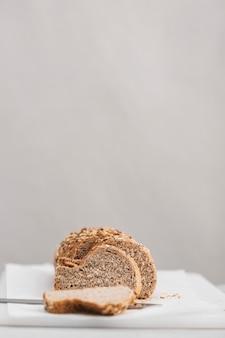 Rebanadas de pan con fondo blanco.
