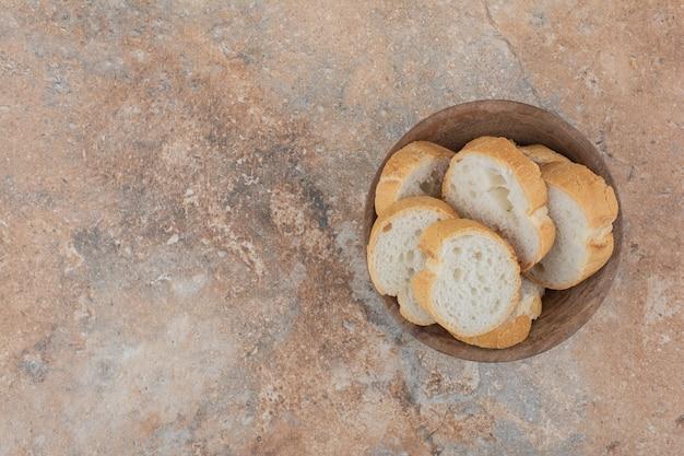 Rebanadas de pan fragante en tazón de madera