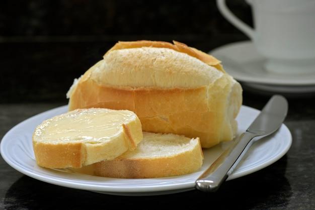 Rebanadas de pan francés con porción de mantequilla