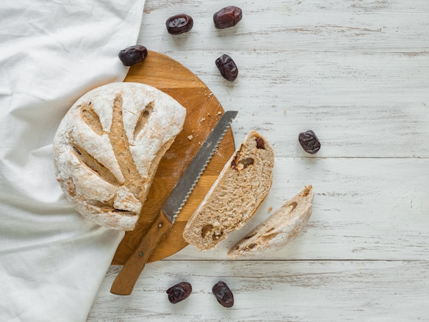 Rebanadas de pan fresco con dátiles.