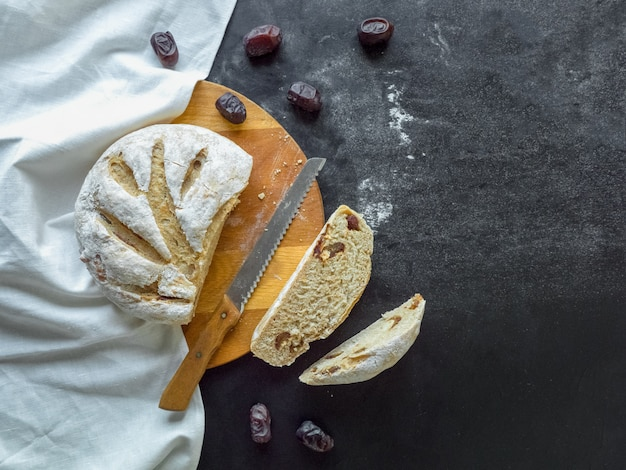 Rebanadas de pan fresco con dátiles