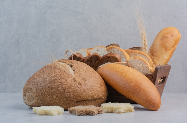 Rebanadas de pan fresco sobre fondo de mármol.