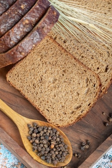 Rebanadas de pan fresco sobre tabla de madera.