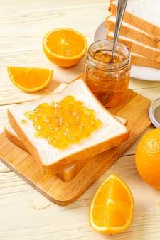 Rebanadas de pan con mermelada de naranja para desayunar