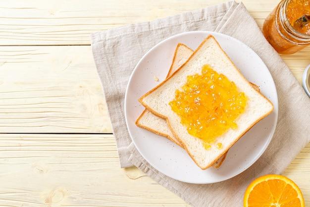 Rebanadas de pan con mermelada de naranja