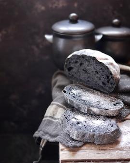 Rebanadas de pan negro con la adición de carbón activado. rebanadas de pan con sal