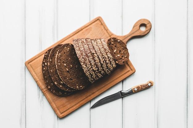 Rebanadas de pan de pan oscuro
