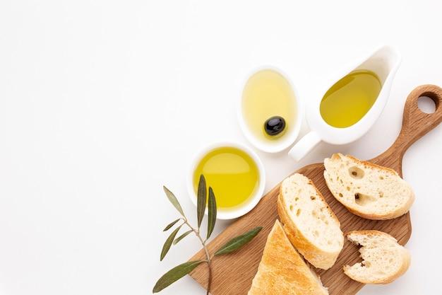 Rebanadas de pan y platillos de aceite de oliva con espacio de copia